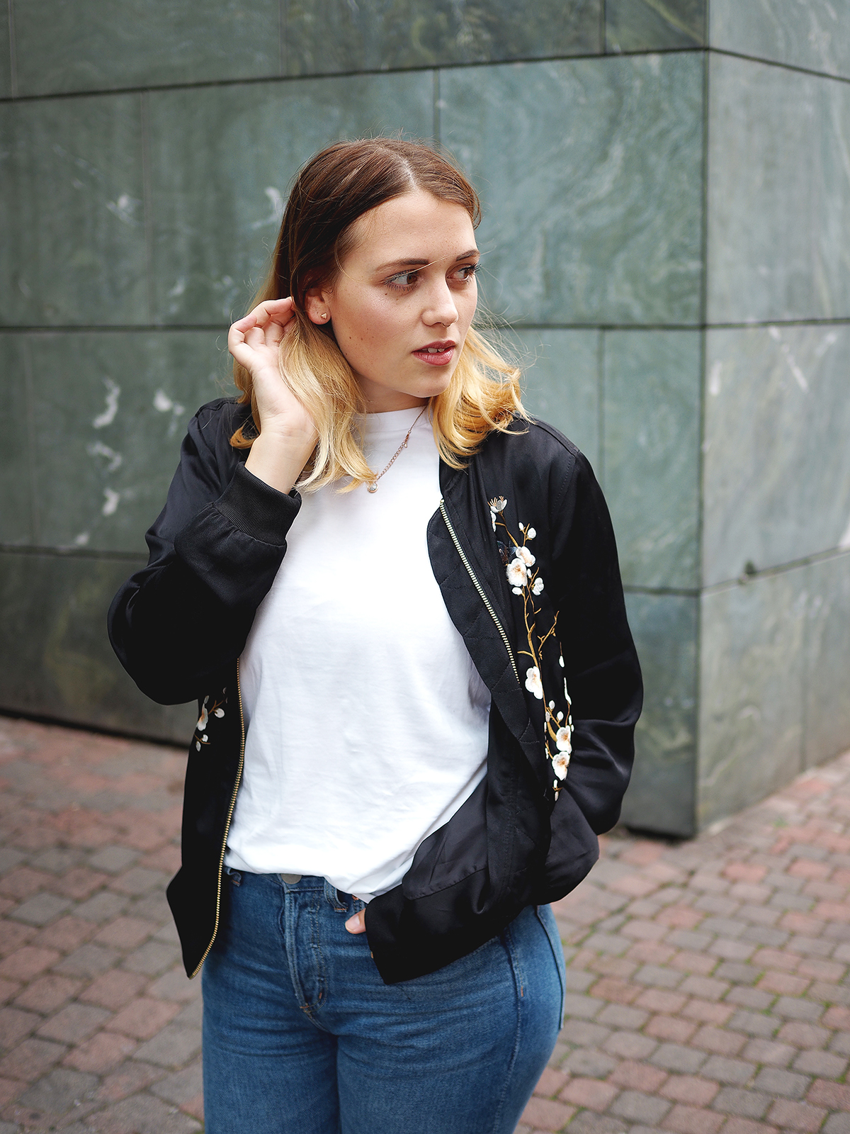 Shirt: Selected Femme, Jacke: Zara, Jeans: H&M, Schuhe: Reebok